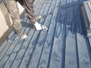 板金屋根(一文字葺き)のケレン グラインダーの当たる箇所はグラインダーを使います