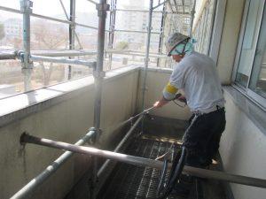 ベランダ内部のケレン洗浄 苔などの汚れと旧塗膜のチョーキングを洗い流します
