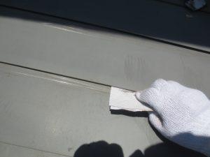 板金屋根(一文字葺き)手ケレン グラインダーの当たらない隙間はサンドペーパーを使います
