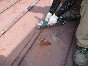 板金屋根(瓦棒葺)のケレン  グラインダーによる研磨