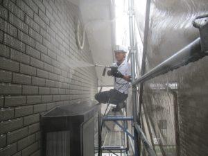 外壁面(窯業系タイル調サイディング)のケレン洗浄
